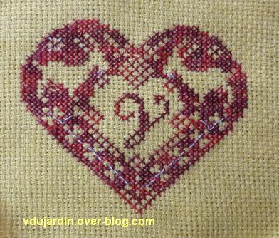 Un coeur brodé d'un V