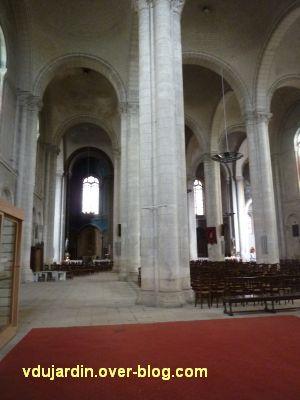 Niort, église Saint-Hilaire, 06, vue intérieure du collatéral gauche et de la nef, vers le choeur