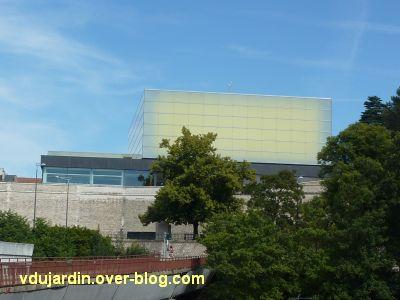 Poitiers, le théâtre et auditorium,12, vu depuis la grande passerelle