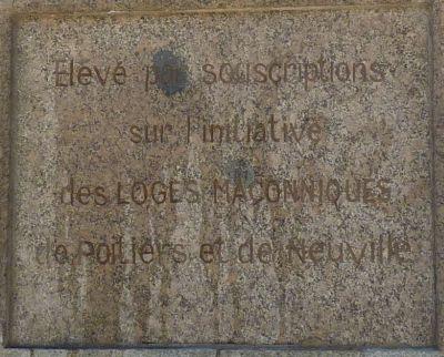 Mention de la souscription sur le socle de la copie de la statue de la Liberté à Poitiers
