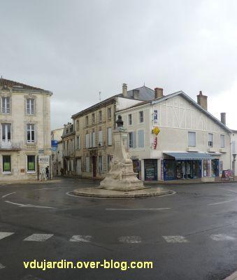 Le monument Lair à Saint-Jean-d'Angély, 01, vue de loin et de dos