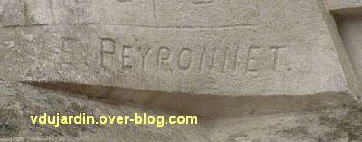 Le monument Lair à Saint-Jean-d'Angély, 04, la signature E. Peyronnet