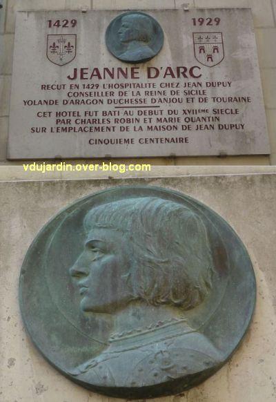 Tours, rue Paul Louis Courier, 02, plaque de Jeanne d'Arc avec médaillon de Prud'homme