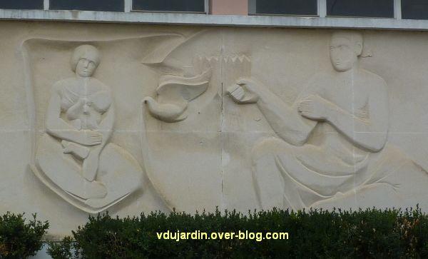 Poitiers, MJC le Local, 6, frise sculptée de Claro, détail au centre