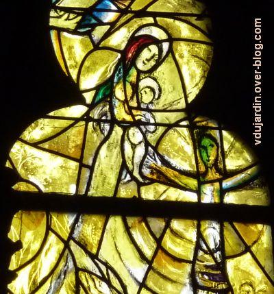 Cathédrale de Metz, vitrail de Marc Chagall, le Paradis terrestre, 8, Vierge à l'eEnfant et Christ en croix