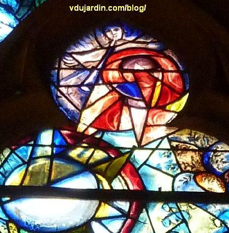 Cathédrale de Metz, vitraux de Marc Chagall, déambulatoire, baie gauche, lancette droite, ange souflant dans une trompe