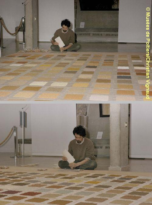 Performance de Kôichi Kurita au musée Sainte-Croix à Poitiers, 2006, cliché Christian Vignaud, musées de Poitiers