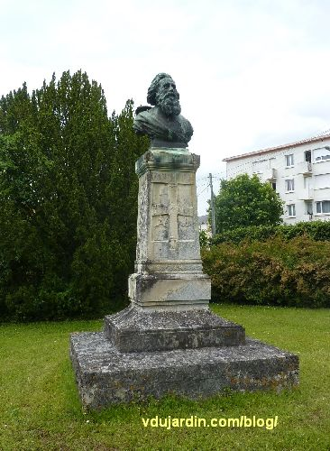 Le monument au père de la Croix, parc de l'hypogée des dunes à Poitiers, vue générale