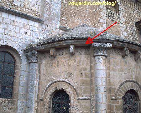 Poitiers, chevet de l'église Saint-Hilaire, absidiole du transept sud, la flèche montre la métope avec la lutte finale et un obscena