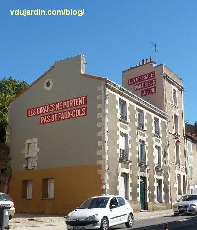Poitiers, quartier du Pont-Neuf, oeuvre de Christian Robert-Tissot, deux messaages