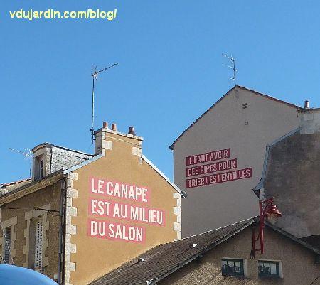 Poitiers, quartier du Pont-Neuf, oeuvre de Christian Robert-Tissot, deux messages
