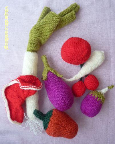 Fruits et légumes au tricot : pastèque en cours de réalisation, poivron, poireau, panais, tomate, cerises, aubergine, poivron