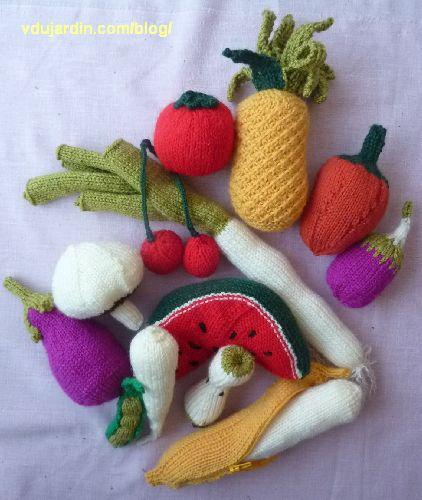 Fruits et légumes au tricot : ananas, banane, champignon, trognon de pomme, petit pois, pastèque, poivron, poireau, panais, tomate, cerises, aubergine, poivron