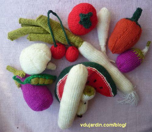 Fruits et légumes au tricot : intérieur de la banane, champignon, trognon de pomme, petit pois, pastèque, poivron, poireau, panais, tomate, cerises, aubergine, poivron
