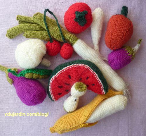 Fruits et légumes au tricot : banane, champignon, trognon de pomme, petit pois, pastèque, poivron, poireau, panais, tomate, cerises, aubergine, poivron