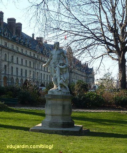 La défense de la famille par Boisseau à Paris, dans le square d'Ajaccio