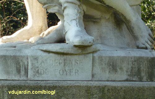 La défense de la famille par Boisseau à Paris, les pieds du père et de la mère