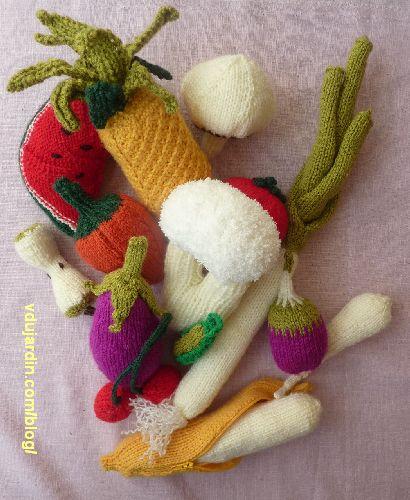 Fruits et légumes au tricot : chou-fleur, ananas, banane, champignon, trognon de pomme, petit pois, pastèque, poivron, poireau, panais, tomate, cerises, aubergine, poivron