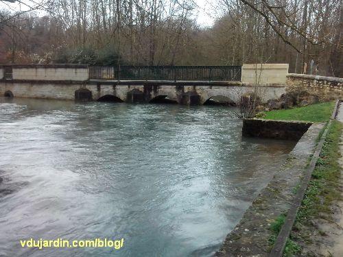 Pont sur la Boivre, noyé par la crue