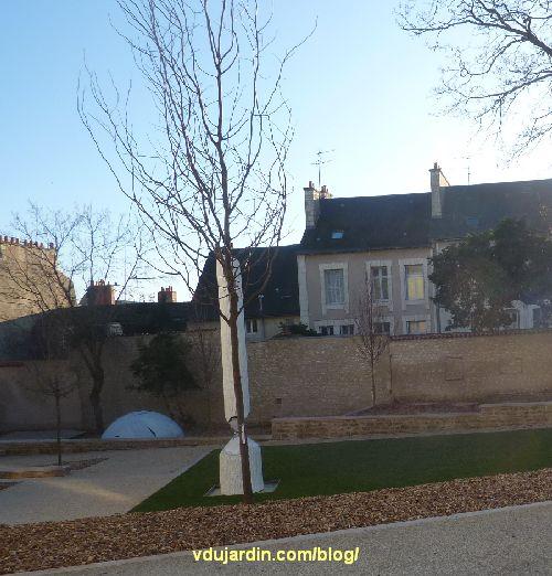 Jardin du Puygarreau à Poitiers, obélisque brisé de Didier Marcel, masqué par un petit arbre juste planté