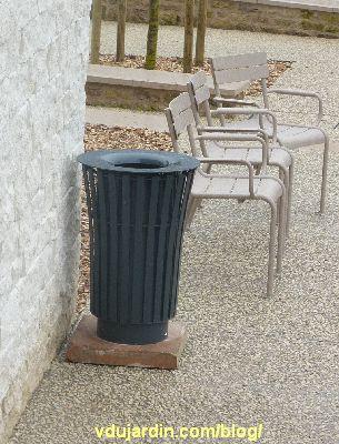 Jardin du Puygarreau à Poitiers, poubelle