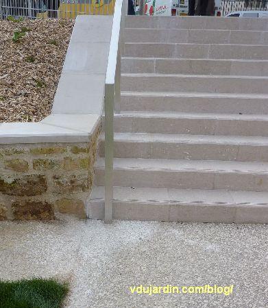 Jardin du Puygarreau à Poitiers, barre d'appui de l'escalier non conforme