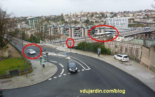 Viaduc des Rocs à Poitiers, voiture de police engagée au feu rouge