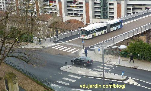 Viaduc des Rocs à Poitiers, voiture qui franchit le feu rouge à l'approche du bus