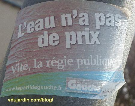 Message politique sur une gouttière à Poitiers
