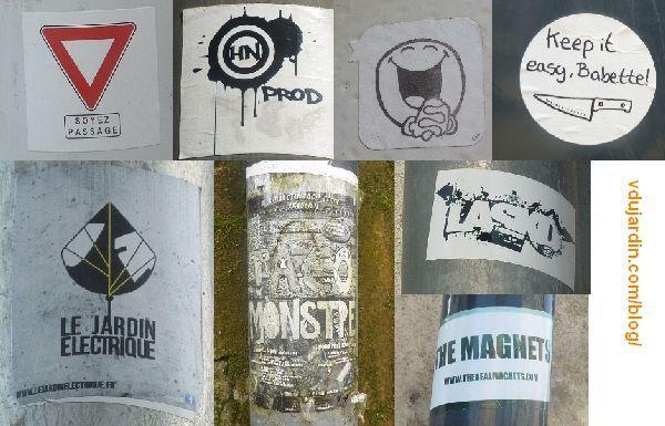 Différents autocollants sur des gouttières et du mobilier urbain à Poitiers