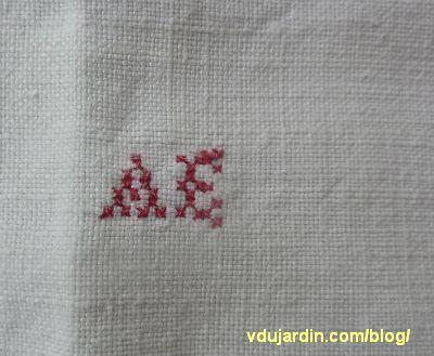 Le torchon offert par Maryse pour Nans en 2014, les initiales brodées AE