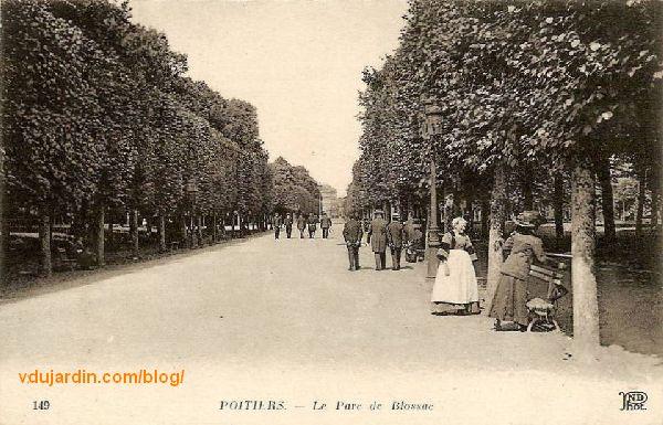 Le parc de Blossac à Poitiers, carte postale ancienne, promenade dans l'allée centrale