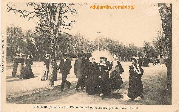 Le parc de Blossac à Potiers, carte postale ancienne, femmes en coiffe