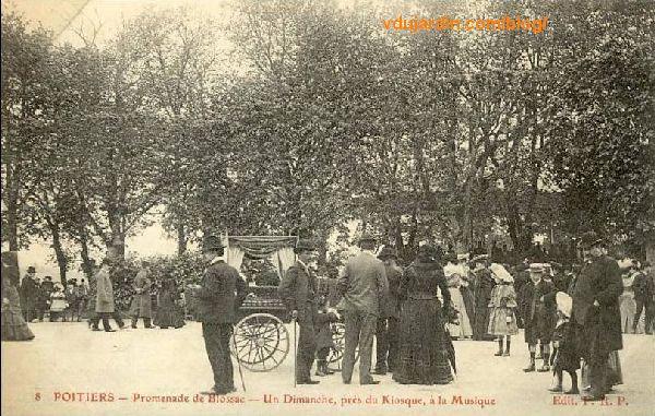Le parc de Blossac à Poitiers, carte postale ancienne, foule endimanchée près du kiosque