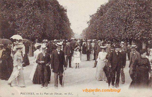 Le parc de Blossac à Poitiers, carte postale ancienne, foule dans la grande allée