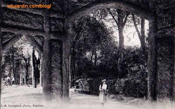 Le parc de Blossac à Poitiers, carte postale ancienne, une belle dans le jardin anglais