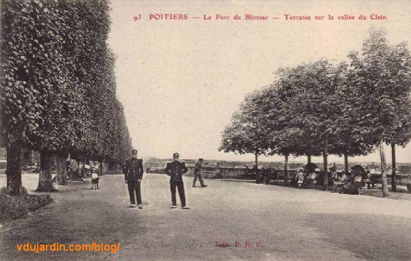 Le parc de Blossac à Poitiers, carte postale ancienne, gardes