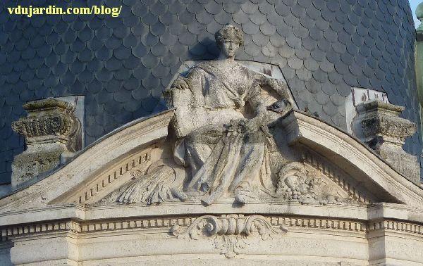 La caisse d'épargne d'Angoulême, sculpture du fronton par Émile Peyronnet
