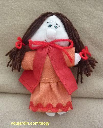 Le petit chaperon rouge, en robe et cape, avec cheveux et broderie du visage