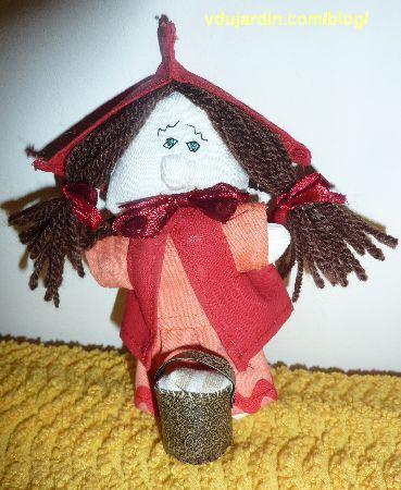 Le petit chaperon rouge avec de nouveaux noeuds et un panier