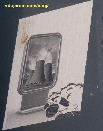 Un mouton poitevin, devant un panneau publicitaire pour une centrale nucléaire