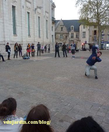 Poitiers, festival à corps 2014, Pierre-André Fortier devant Notre-Dame-la-Grande