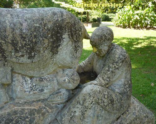 L'orpheline de Paul Niclausse à Paris, la femme et le nourrisson qui tête au pis de la chèvre