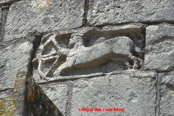Chauvigny, chevet de l'église Saint-Pierre, relief avec le Sagittaire