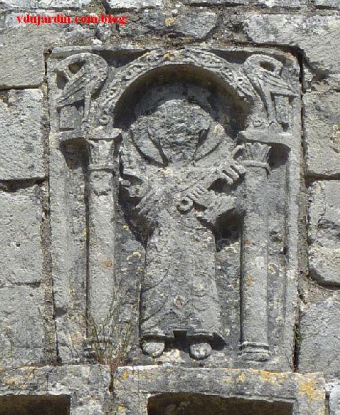 Chauvigny, chevet de l'église Saint-Pierre, relief avec saint Pierre