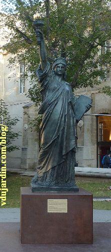 Paris, arts et métiers, chapelle et copie de la statue de la Liberté devant le musée, vue rapprochée