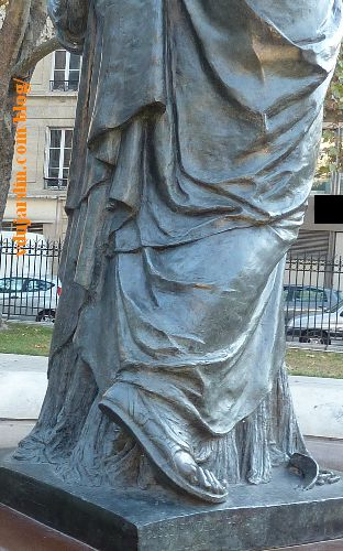 Paris, arts et métiers, chapelle et copie de la statue de la Liberté devant le musée, de dos, détail des pieds