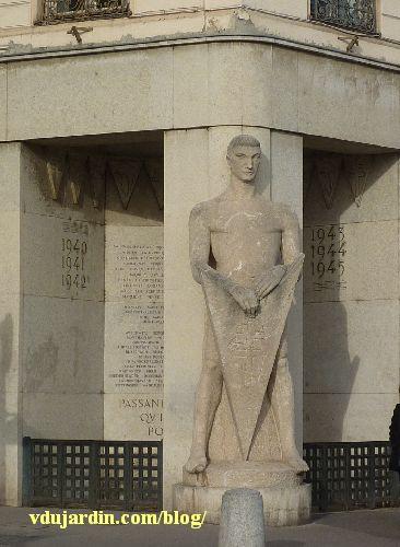 Lyon, place Bellecour, Monument de la Résistance dit le Veilleur de pierre, par Georges Salendre