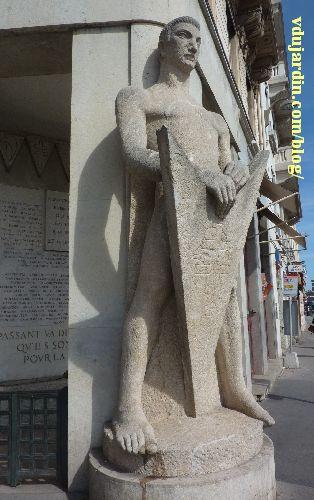 Lyon, place Bellecour, Monument de la Résistance dit le Veilleur de pierre, par Georges Salendre, détail de la sculpture