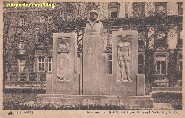 Metz, le monument à Albert Ier par Paul Niclausse, vue ancienne avec les reliefs latéraux